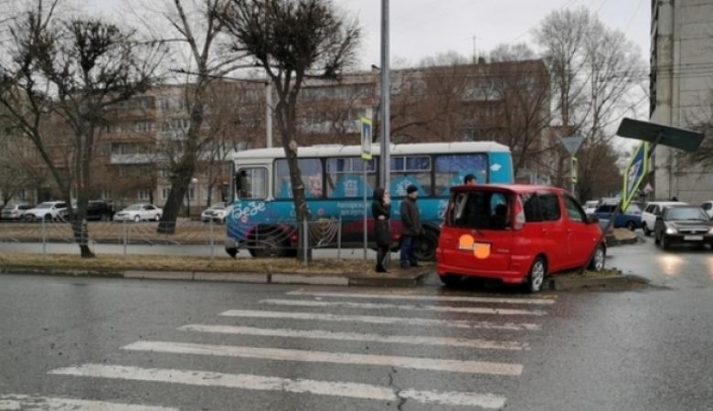 Легковушка столкнулась с пассажирским автобусом в Абакане