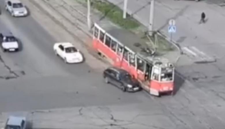 Автомобиль оторвал дверь у трамвая в Бийске