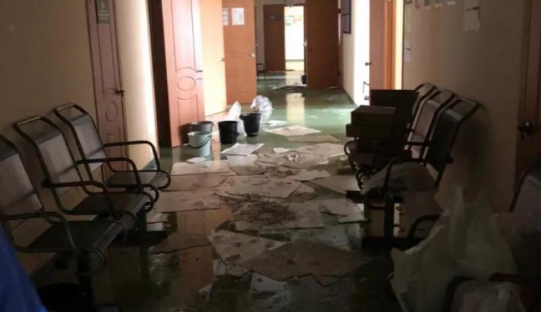 Горбольницу Сосновоборска подтопило из-за дождей. Уничтожено 1,5 тыс доз вакцины от COVID