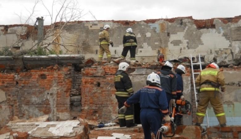 В Новосибирске рухнуло ветхое здание, спасатели извлекли из-под завалов людей