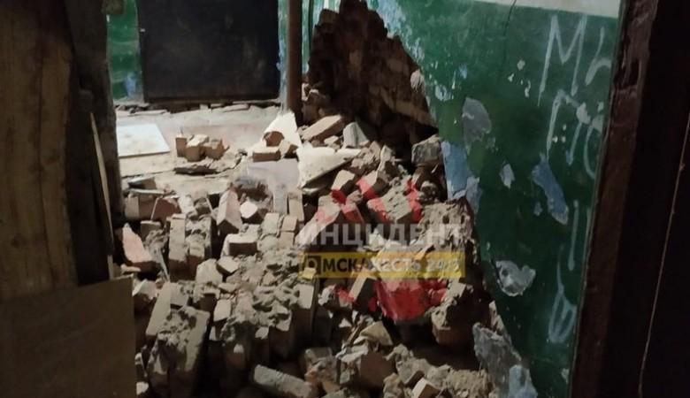 Дом рушится на глазах: Стена обрушилась в жилом доме Омска