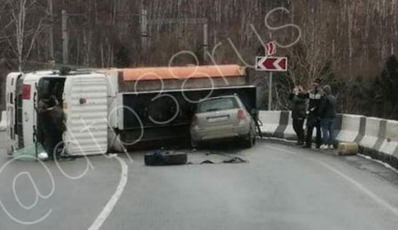 Бензовоз с 12 т топлива перевернулся на трассе в Иркутской области